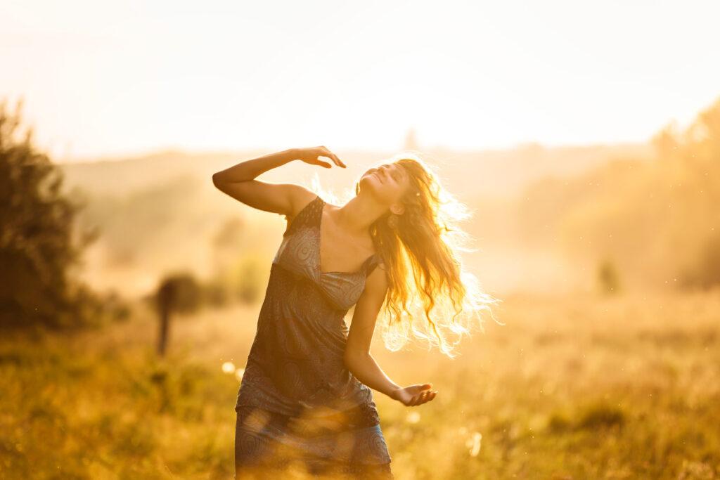 femeie dansand in soare
